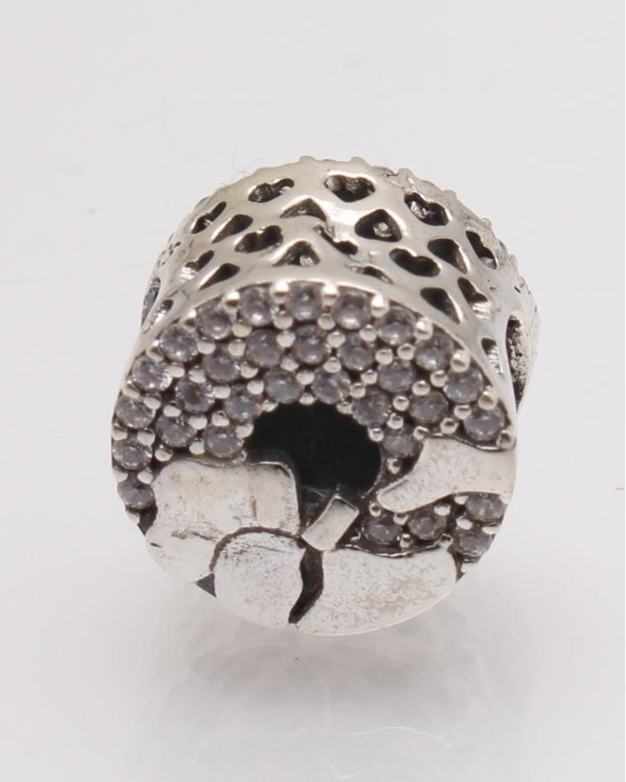 Pandantiv argint rotund cu pietre albe cod 6-27754. gr1.9