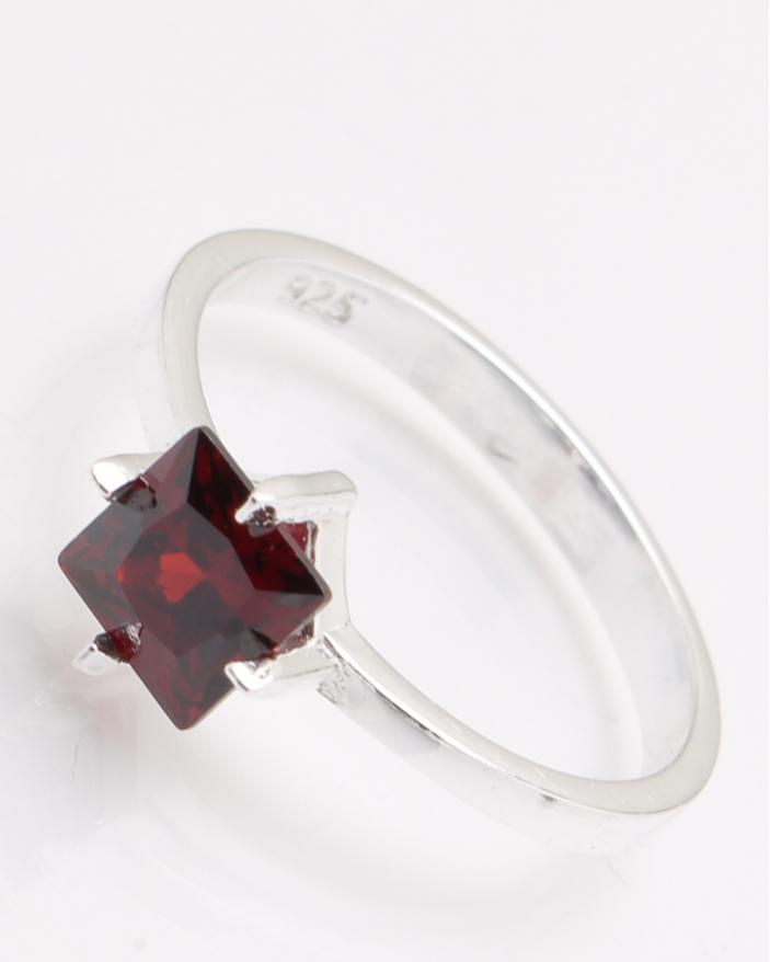 Inel argint piatra patrata rosie cod 1-25043, gr2.4